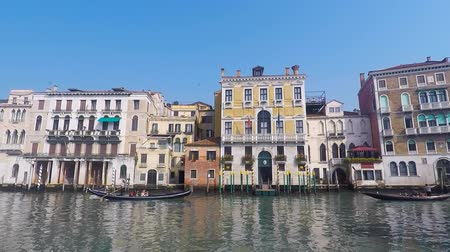 veneza : Traditional Gondola on a Venice canal Stock Footage