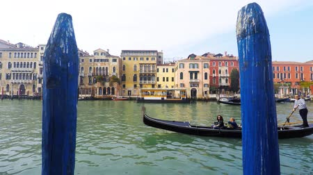 veneza : Traditional Gondolas at Venice Rialto grand canal