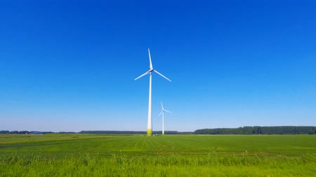 çevre : Wind turbine spinning with in a green countryside environment Stok Video