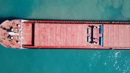 portador : General cargo ship at sea - Aerial footage