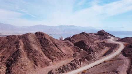 onthullen : Eilat, Israel - Aerial footage over Solomons mountains, revealing Eilats skyline and the red sea