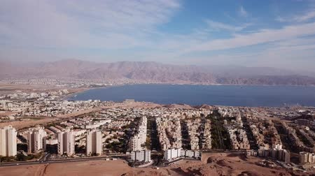 izrael : Eilat, Israel - Aerial footage over Solomons mountains, revealing Eilats skyline and the red sea