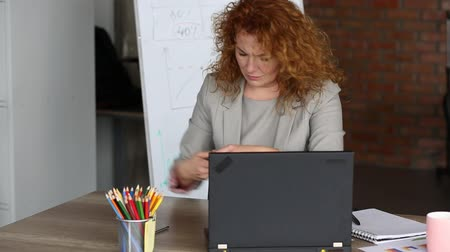nervózní : Angry businesswoman in the office holding board with word HELP.