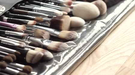 щеткой : Set of accurately fixed makeup brushes. Beauty concept.
