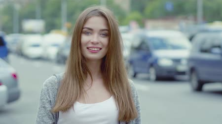 maravilha : Wonderful fashion young woman smiling on camera while walking in city. Free time concept. Stock Footage