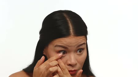 lente a contatto : Woman inserting contact lens. Oriental woman on white background shows haw to insert contact lens.