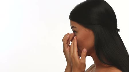 soczewki kontaktowe : Side view of woman squeezing and removing contact lens. Instruction how to remove contacr lenses.