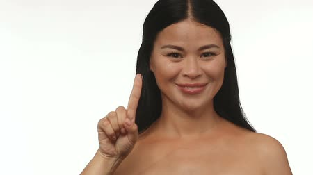 soczewki kontaktowe : Woman holding contact lens on fingertip and shows thumb up. Usage of contact lenses.