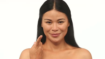 soczewki kontaktowe : Woman showing how to hold contact lenses. Right way ho hold contacts for inserting or removal.