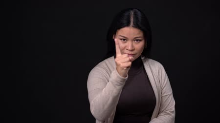 söylemek : Angry Asian Woman Is Wagging Her Finger In Gesture Of Forbiddance. Serious Woman Wags Her Finger To Express Disapproval. Stok Video