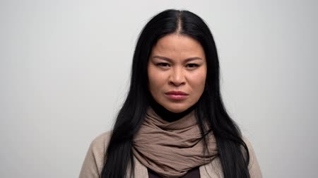 armen over elkaar : Portrait Of Asian Woman Feeling Very Angry And Crossing Her Arms. Being Angry The Lonely Woman Breathes Deeply And Looks At The Camera.