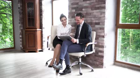 empregador : Man And Woman Discussing Project Details After Conference. Working On Tablet. Business Concept. Stock Footage