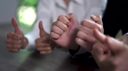 hoşlanmak : A Team of Young Business People Completed the Negotiations. Business Men and Business Woman Lift Thumbs Up After Successful Negotiations. Close Up Shoot.