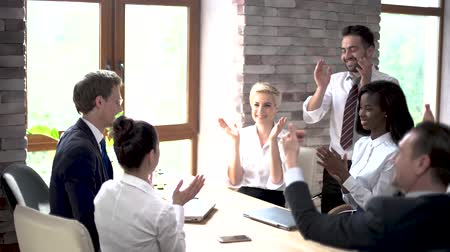 torcendo : Happy Coworkers Applaud At The End Of A Business Meeting. Cheerful Colleagues Clap Their Hands. Teamwork Concept
