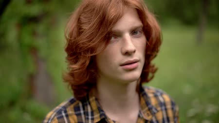 zázvor : Lovely Ginger Man Turns His Head And Looks At Camera. Close-Up Of Attractive Young Guy With Red Hair Staring Pensively Into Camera.