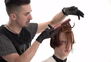 separação : Hairdresser In Black Gloves Separates Client s Hair With A Comb Into Several Layers For A Haircut. Trimming Client s Bangs. At Barber s Place. Stock Footage