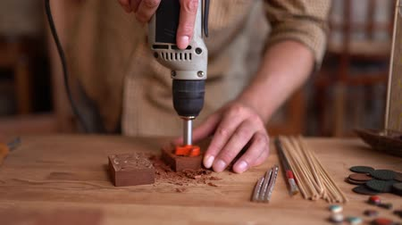 broca : Carving Wood With Electric Drill Rotary Tool. Hands Of A Joiner Holding Instrument For Wooden Carving. Closeup.s