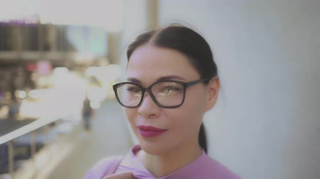 empregador : Beautiful Asian Businesswoman With Bright Sexy Lips Posing On Camera. Wearing Glasses. Spending Time Outside.
