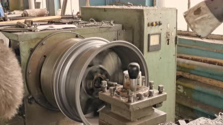 aro : The Turning Workstation With The Alloy Wheel Rim Installed On It Located In The Fabrication Shop Stock Footage