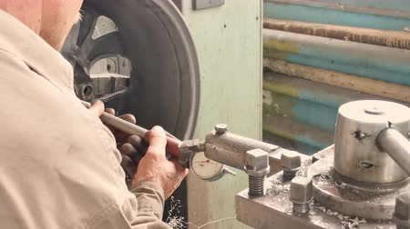 alaşım : The Elderly Turner In The Fabrication Shop Measures The Rim Center Bore With The Inside Calipers. Close-up Shot