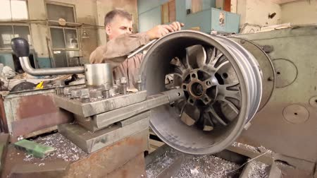 alaşım : The Process Of Balancing And Rotation Of The Alloy Wheel Rim Installed On The Turning Workstation In The Fabrication Shop Stok Video