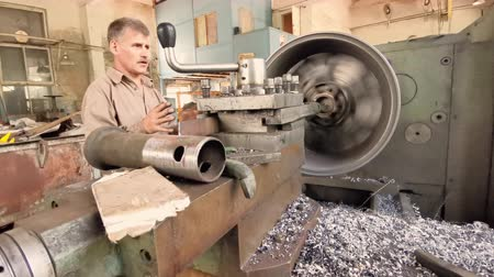alaşım : The Skilled Turner Rotates The Alloy Wheel Rim Installed On The Turning Workstation In The Fabrication Shop.
