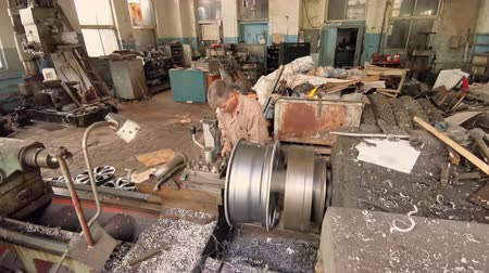 alaşım : Machining Process In The Fabrication Shop Of The Old Factory Stok Video