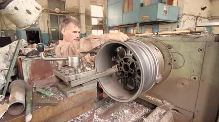 csavarkulcs : The Process Of Balancing And Rotation Of The Alloy Wheel Rim Installed On The Turning Workstation In The Fabrication Shop Stock mozgókép