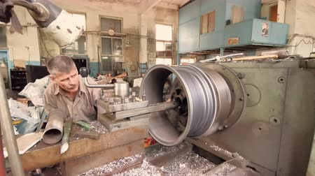 csavarkulcs : The Process Of The Cutting Of The Rim Center Bore From The Small Diameter To The Bigger One With A Turning Workstation