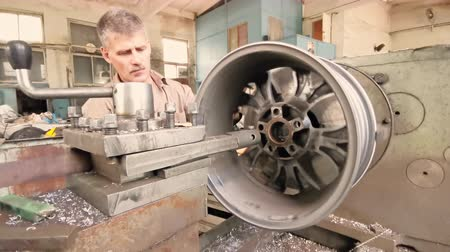 スパナ : The Process Of Balancing And Rotation Of The Alloy Wheel Rim Installed On The Turning Workstation In The Fabrication Shop 動画素材