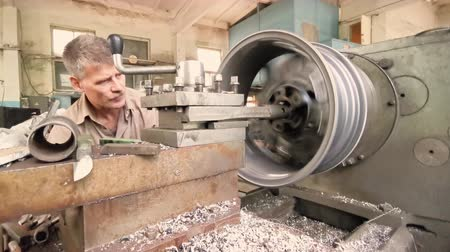 alaşım : The Process Of The Cutting Of The Rim Center Bore From The Small Diameter To The Bigger One. The Formation Of Steel Cuttings