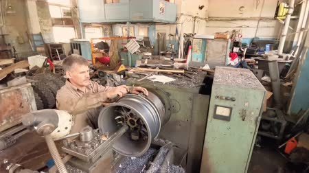 alaşım : The Turner Measures The Alloy Wheel Rim Installed On The Turning Workstation With A Special Tool.
