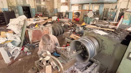 alaşım : The Turner Is Checking The Process Of Rotation Of The Alloy Wheel Rim In The Fabrication Shop