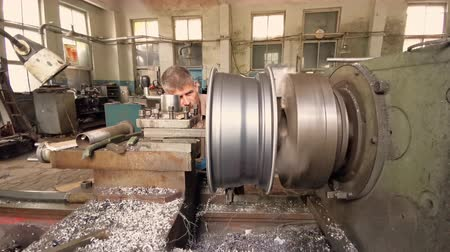 alaşım : The Turner Balances The Alloy Wheel Rim Installed On The Turning Workstation. Disk Runout Stok Video