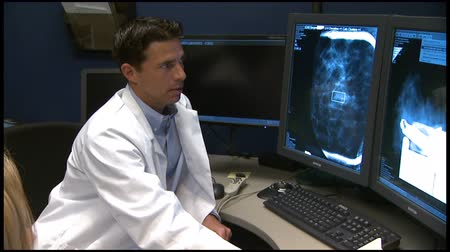 piersi : Doctor Examines Breast Mammogram Wideo