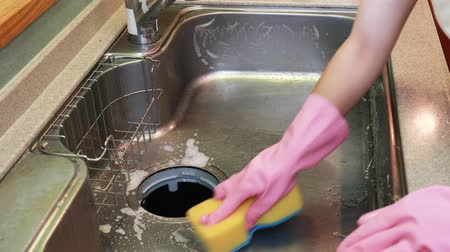 gąbka : Woman to clean the sink Wideo