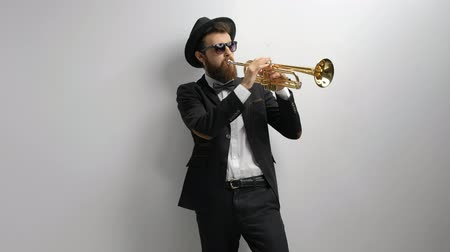 trombeta : Trumpet player leaning against a wall