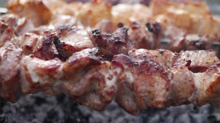 borjúhús : Meat on skewers roast on handheld barbeque grill outdoor close up shashlik
