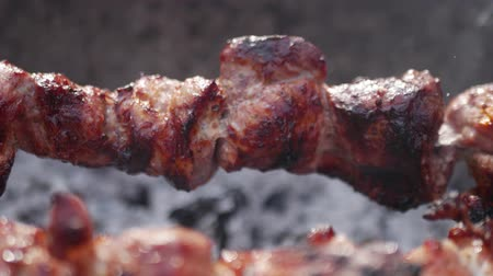 telecí maso : Close up rotating the skewers. Frying grilled pieces of meat during the rest. Dostupné videozáznamy