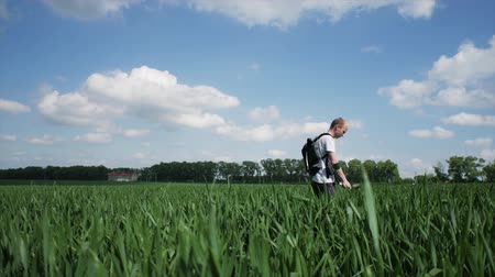 archeologie : Man with metal detector searching for lost old objects in field