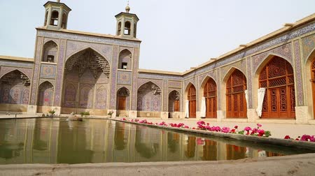 antika : in iran esfahan blur old architecture garden tree and fountain antique construction Stok Video