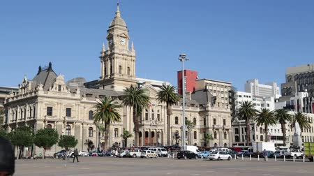 városháza : unidentified people in the square and town hall of cape town south africa Stock mozgókép