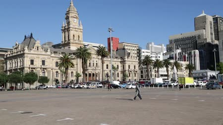 турель : unidentified people in the square and town hall of cape town south africa Стоковые видеозаписи