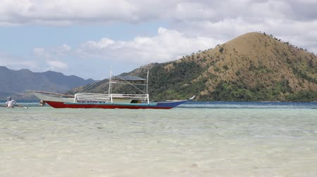 críquete : lagoon hill in philippines people near the beautiful beach and typical boats like paradise concept Stock Footage