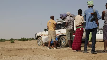 ethiopia : ETHIOPIA, DANAKIL-CIRCA DECEMBER 2017 - unidentified people in the desert changin the tyres