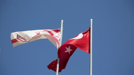 oposição : in the north of cyprus the waving flag in the sky