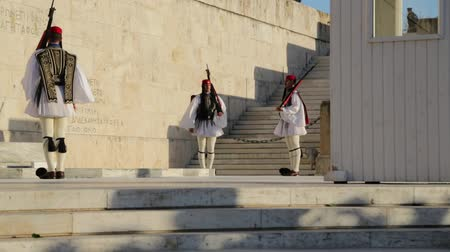 hrobky : GREECE, ATHENS-CIRCA APRIL 2018 - unidentified people and cerimonial parliament guard