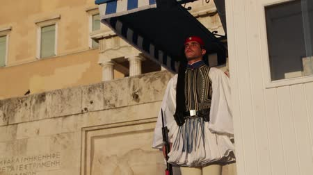 seçkinler : GREECE, ATHENS-CIRCA APRIL 2018 - unidentified people and cerimonial parliament guard
