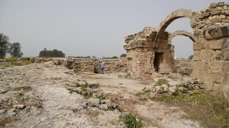 kypr : CYPRUS, PAPHOS-CIRCA APRIL 2018 - unidentified people walking near the antique ruins Dostupné videozáznamy