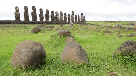 článek : in chile rapa nui the antique and mysteriuos muai statues symbol of an ancien culture